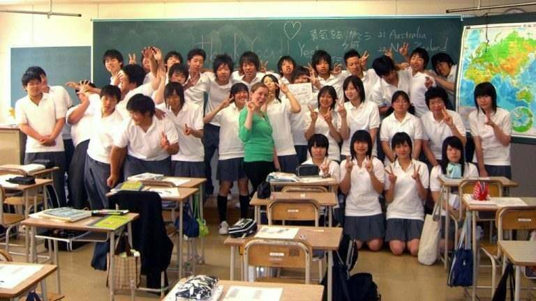 TEFL-teacher-teaching-japanese-students