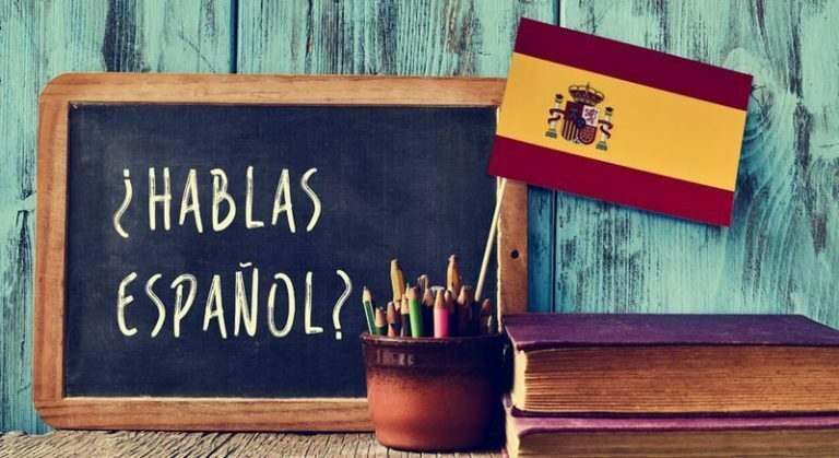 teaching-spanish-to-students
