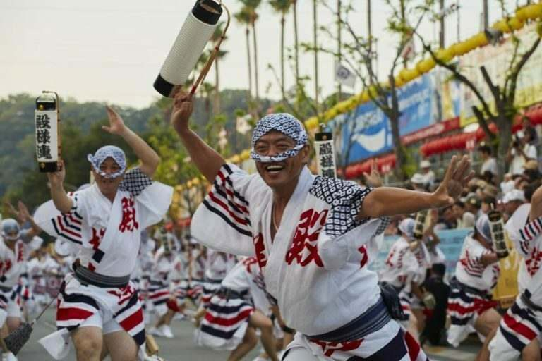 international-teaching-experience-in-japan-matsuri-festivals-with-men-and-women-dressed-in-vivid-costumes