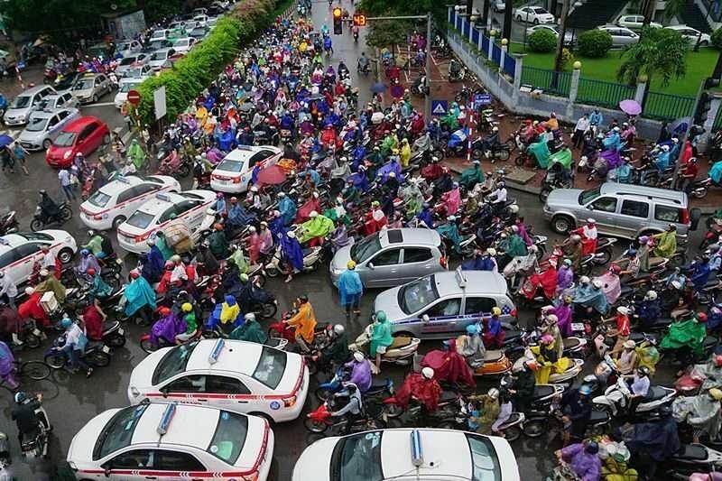 traffic-in-vietnam-where-international-teachers-learn-to-drive