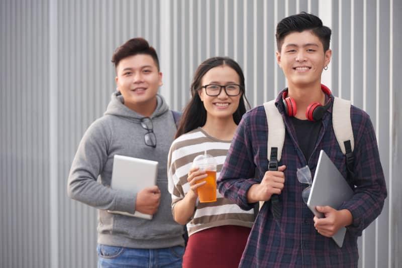 three-vietnamese-students-learning-english-in-vietnam